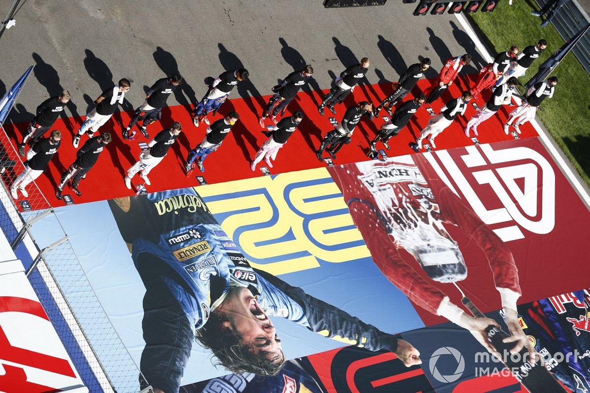 Los pilotos se alinean en la parrilla para el himno nacional