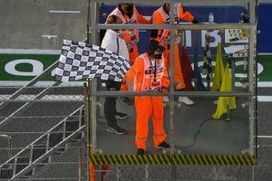 Un commissaire agite le drapeau à damier