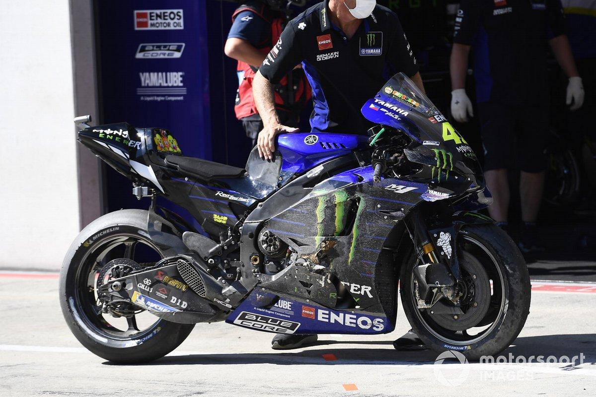 La moto de Valentino Rossi, Yamaha Factory Racing después de la caída