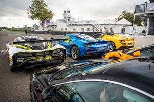 Une ligne de supercars, avec une McLaren GT3, une Ferrari F8 Tributo coupe et une F8 Spyder