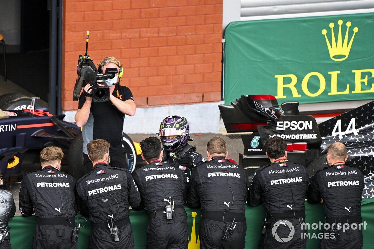 Lewis Hamilton, Mercedes F1 W11, 1° posto, festeggia con il suo team nel parco chiuso