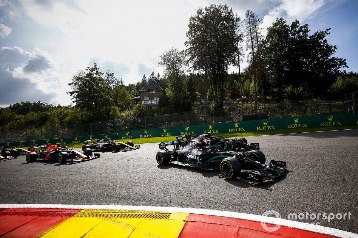 Lewis Hamilton, Mercedes F1 W11 Valtteri Bottas, Mercedes F1 W11, Max Verstappen, Red Bull Racing RB16 y Daniel Ricciardo, Renault F1 Team R.S.20 al inicio