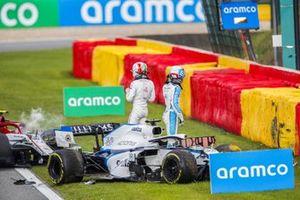 George Russell, Williams FW43 y Antonio Giovinazzi, Alfa Romeo Racing C39, ambos empiezan a salir de sus automóviles después de chocar en la pista