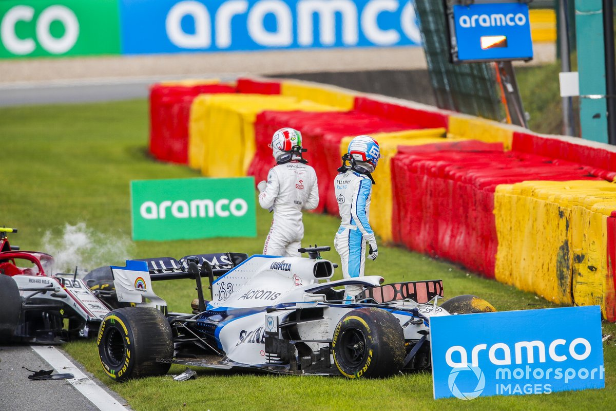 George Russell, Williams FW43 e Antonio Giovinazzi, Alfa Romeo Racing C39, scendono dalle loro auto dopo l'incidente