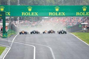 Lewis Hamilton, Mercedes W12, Sergio Perez, Red Bull Racing RB16B, Valtteri Bottas, Mercedes W12, Lando Norris, McLaren MCL35M, et le reste des monoplaces au départ