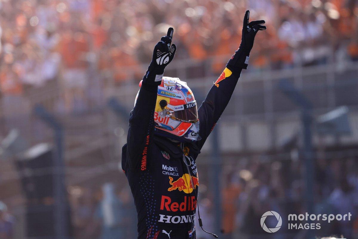 Ganador Max Verstappen, Red Bull Racing, celebra enParc Ferme