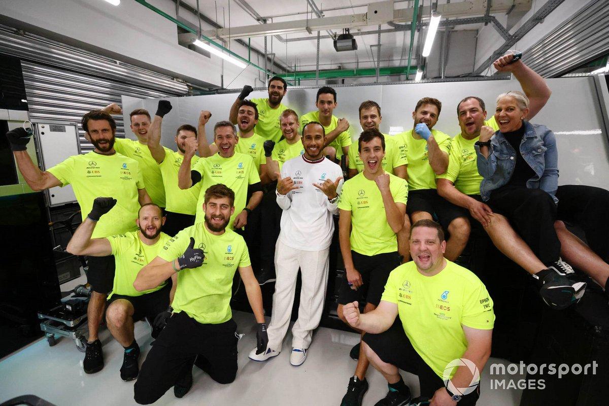 Lewis Hamilton, Mercedes, 1ª posición, celebra con su equipo tras la carrera