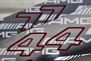 De engine covers van Lewis Hamilton, Mercedes W12 en Valtteri Bottas, Mercedes W12