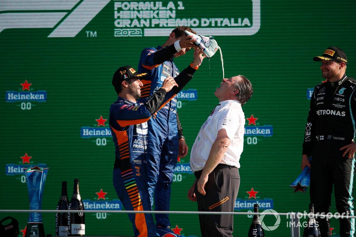 Zak Brown, CEO, McLaren Racing, beve dalla scarpa di Daniel Ricciardo, McLaren, 1a posizione, sul podio