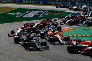 Max Verstappen, Red Bull Racing RB16B, Lewis Hamilton, Mercedes W12, Lando Norris, McLaren MCL35M, Charles Leclerc, Ferrari SF21, Antonio Giovinazzi, Alfa Romeo Racing C41, and the remainder of the field at the start