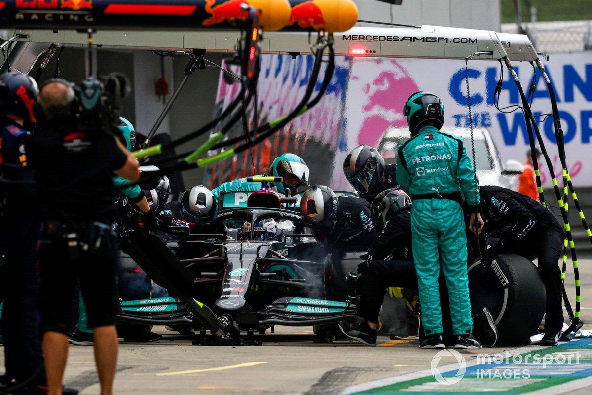 Valtteri Bottas, Mercedes W12, fa una sosta