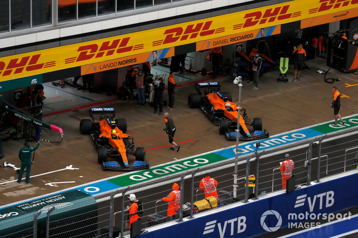 Lando Norris, McLaren MCL35M, e Daniel Ricciardo, McLaren MCL35M, esce dal garage