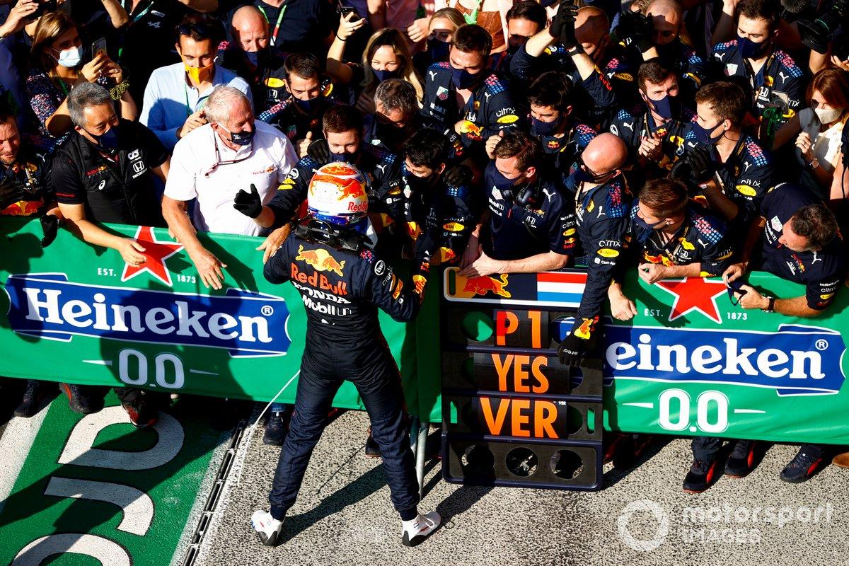 Ganador Max Verstappen, Red Bull Racing RB16B celebra con el equipo en Parc Ferme