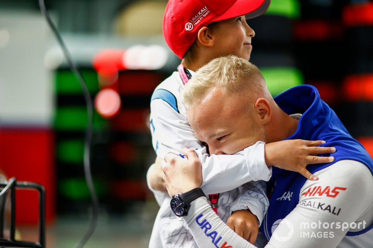 Nikita Mazepin, Haas F1, hugs a child