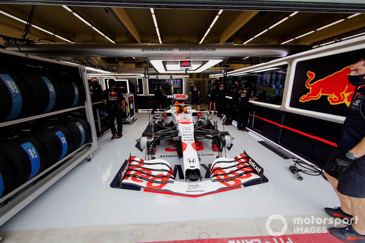 Mecánicos en el garaje con el coche de Max Verstappen, Red Bull Racing RB16B