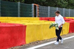Pierre Gasly, AlphaTauri, lays flowers in memory of Anthoine Hubert