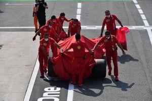 Ferrari mechanics in the pit lane with the car of Carlos Sainz Jr., Ferrari SF21