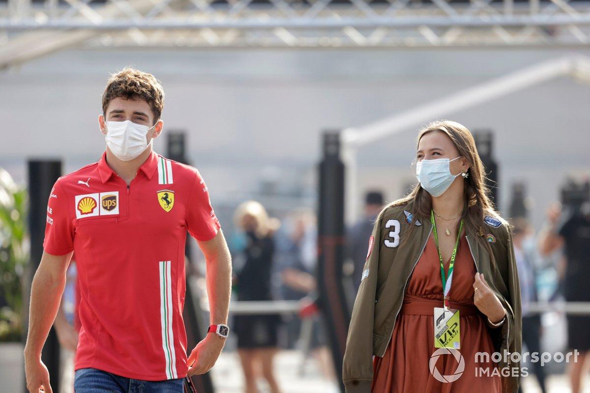 Charles Leclerc, Ferrari, con su novia Charlotte Sine