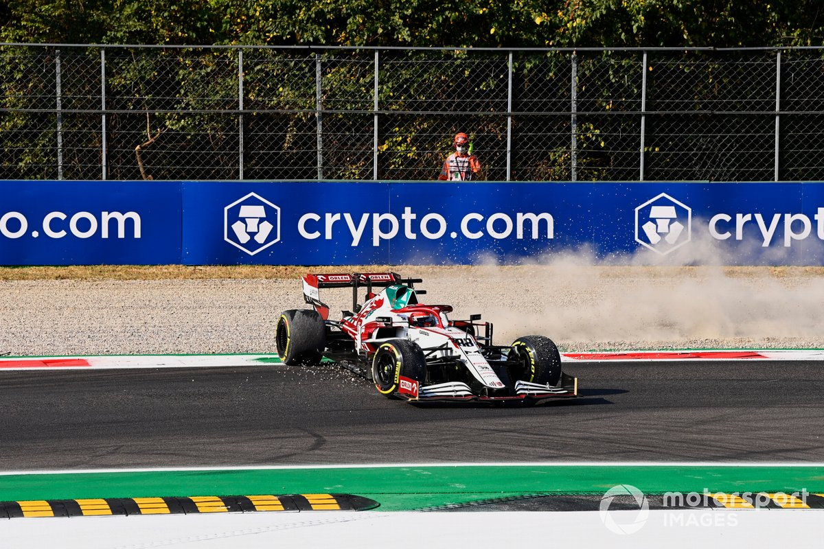 Robert Kubica, Alfa Romeo Racing C41, hace un trompo tras el toque con Yuki Tsunoda, AlphaTauri