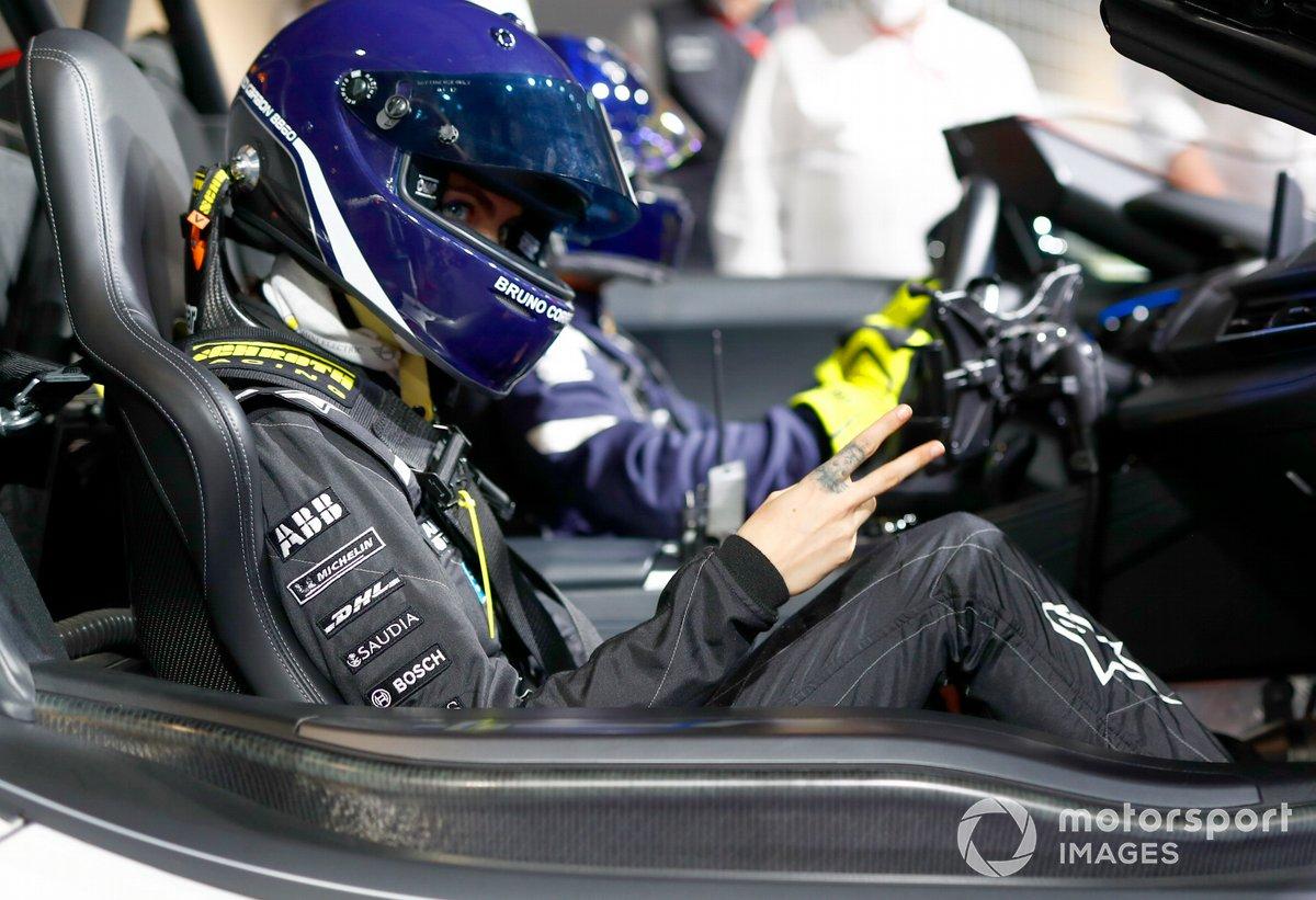 La modelo y actriz, Cara Delevigne, conduce un Fórmula E