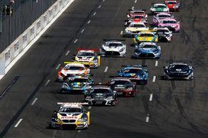 Start der DTM 2021 auf dem Lausitzring: Sheldon van der Linde, ROWE Racing BMW M6 GT3, führt