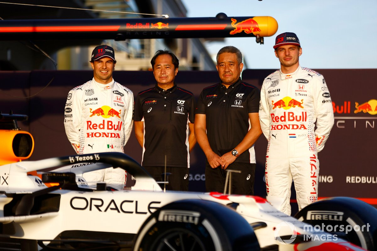 Toyoharu Tanabe, F1 Technical Director, Honda, and Masashi Yamamoto, General Manager, Honda Motorsport, with the car of Max Verstappen, Red Bull Racing RB16B Sergio Perez, Red Bull Racing Max Verstappen, Red Bull Racing