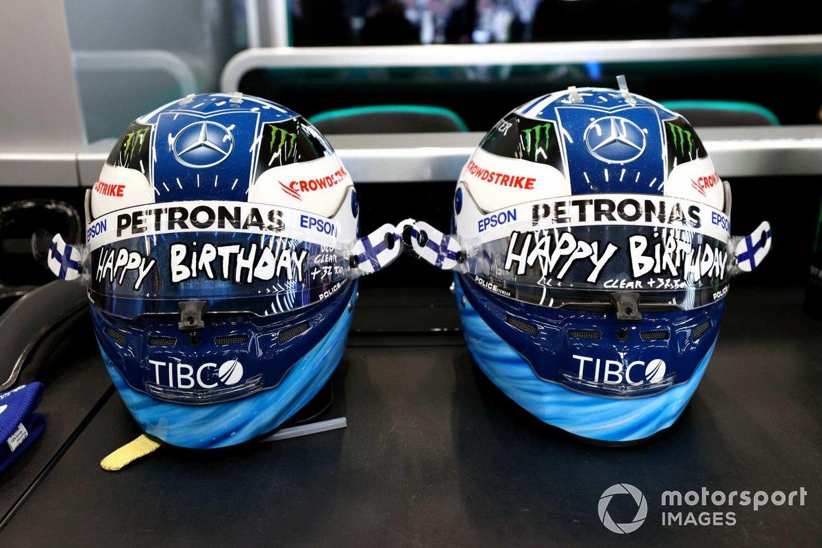 Cascos especialmente marcados para Valtteri Bottas, de Mercedes, en su cumpleaños
