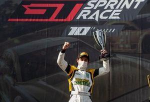 Oscar Bittar celebra vitória na corrida 1 da Sprint Race em Curitiba