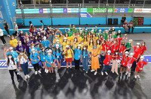 Girls on Track London E-Prix bezoeken de pitstraat met TV-presentator Nicki Shields