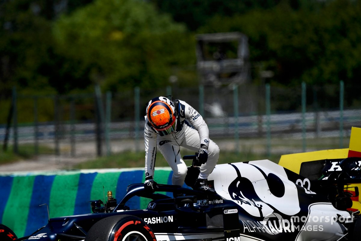 Yuki Tsunoda, AlphaTauri AT02, se baja de su coche tras hacer un trompo en los entrenamientos