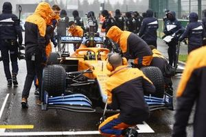 Mechanics on the grid with Lando Norris, McLaren MCL35M
