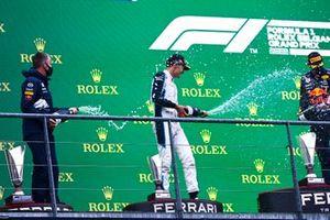 Red Bull-afgevaardigde, George Russell, Williams, 2e plaats, en Max Verstappen, Red Bull Racing, 1e plaats, op het podium