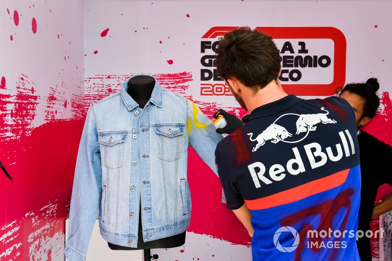 Pierre Gasly, Toro Rosso pinta ropa con spray
