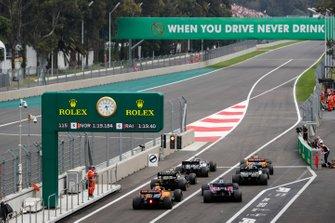 Carlos Sainz Jr., McLaren MCL34, Lewis Hamilton, Mercedes AMG F1 W10, Valtteri Bottas, Mercedes AMG W10, Nico Hulkenberg, Renault F1 Team R.S. 19, Daniil Kvyat, Toro Rosso STR14, et Lando Norris, McLaren MCL34, au bout de la voie des stands