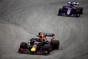 Alexander Albon, Red Bull RB15 leads Daniil Kvyat, Toro Rosso STR14