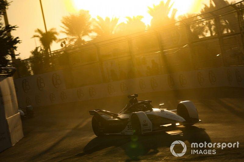 Андре Лоттерер за рулем болида команды Porsche на этапе Формулы Е в Эр-Рияде