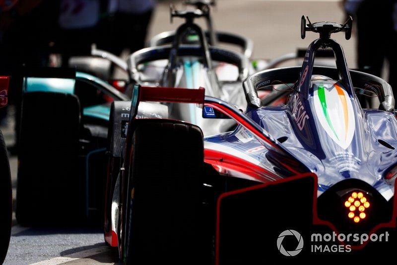 Болиды Формулы Е перед выездом на трассу на этапе в Эр-Рияде