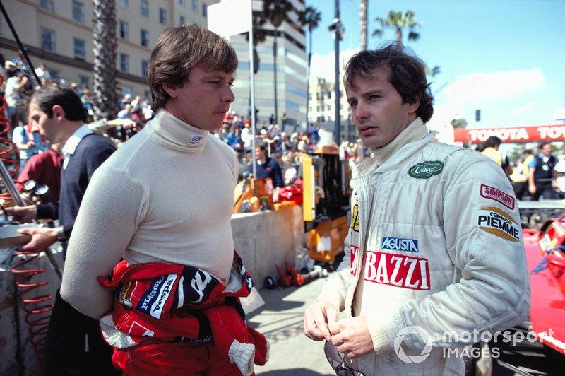 Gilles Villeneuve con el nomex de Simpson junto a Didier Pironi en Long Beach.