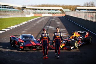 Max Verstappen, Red Bull Racing e Alexander Albon, Red Bull Racing guidano la Red Bull Racing Aston Martin Valkyrie