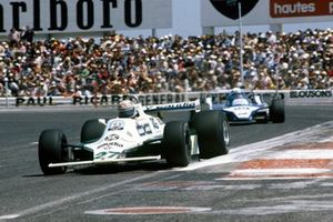 Alan Jones, Williams FW07B Ford, devant Didier Pironi, Ligier JS11/15 Ford