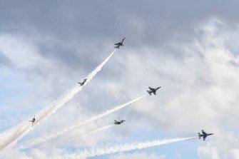 Los U.S.A.F. Thunderbirds vuelan antes del comienzo del Daytona 500