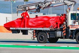 Sebastian Vettel, Ferrari, stops on track and is taken back to the gargae on a truck