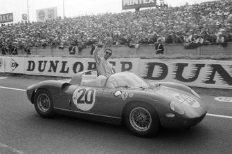 Jean Guichet et Nino Vaccarella, Scuderia Ferrari, Ferrari 275P, fêtent leur victoire
