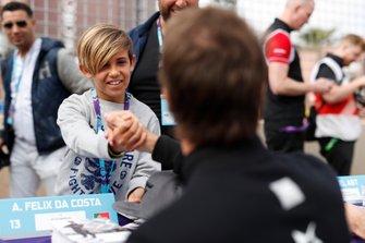 Des fans serrent la main d'Antonio Felix da Costa, DS Techeetah
