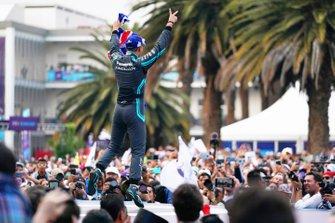 Mitch Evans, Jaguar Racing, célèbre sa victoire sur le podium