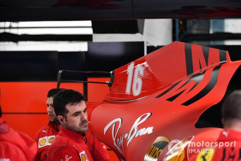 Ferrari meccanici al lavoro