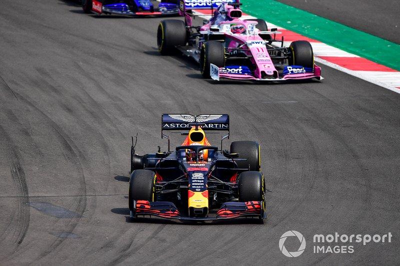 Max Verstappen, Red Bull Racing RB15, se dirige a los boxes con un pinchazo, por delante de Sergio Pérez, Racing Point RP19, y Daniil Kvyat, Toro Rosso STR14