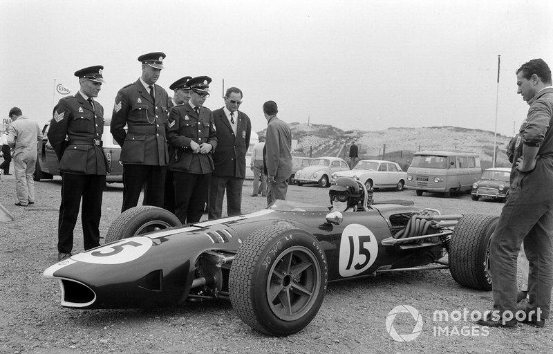 Zandvoort 1967: Dan Gurney trekt bekijks in de paddock