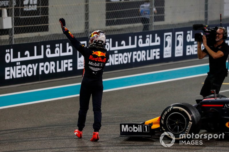 Max Verstappen, Red Bull Racing, secondo classificato, saluta i fan dopo la gara