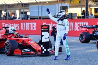 Valtteri Bottas, Mercedes AMG F1, célèbre sa pole position devant Sebastian Vettel, Ferrari